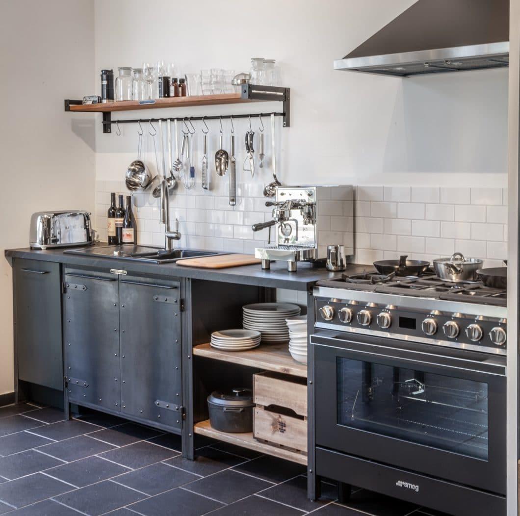 Kerniger Schwarzstahl, rustikale Holzelemente und die gekachelte Fliesenrückwand als Hingucker machen die Kitchen von NOODLES NOODLES & NOODLES zum Hingucker. (Foto: Noodles Corp.)