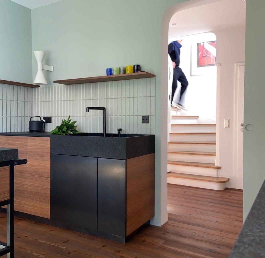 Der hochgradig individuelle Küchenentwurf von LAR Studio hat uns überzeugt: Schwarzstahl, Holz und handwerkliche Verarbeitung bis ins Detail haben ein Unikat entstehen lassen. (Foto: LAR Studio)
