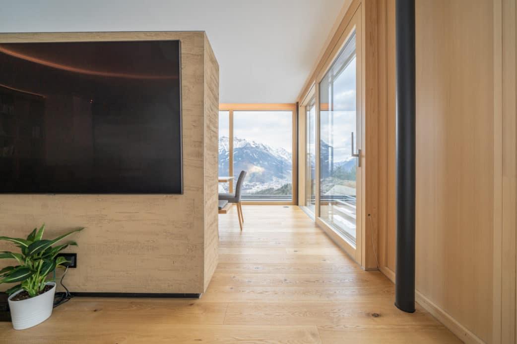 Die Küche, die sich noch vor diesem gigantischen Ausblick verbirgt, ist eine herausragende Kombination aus Holz und dunklem Mattlack. Lassen Sie sich überraschen im Printmagazin 01/2020 vom Küchen&Design Magazin! (Foto: Thomas Neumann)
