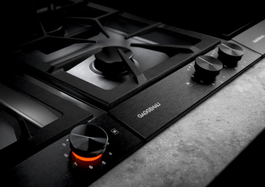 Auch in der Ausführung für Gaskochfelder stringent schwarz und puristisch: die Gaggenau-Marken-ID ist ein Design für Generationen. (Foto: Gaggenau)