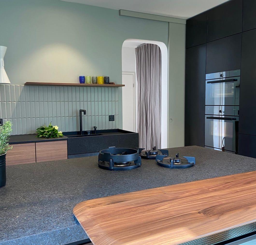 """Gewünscht vom Kunden: ein """"archaischer Werkstattcharakter"""", in dem man(n) auf offener Flamme kochen kann. Umgesetzt wurde dies durch feuerfesten Stein und eine integrierte Gaskochstelle. (Foto: LAR Studio)"""