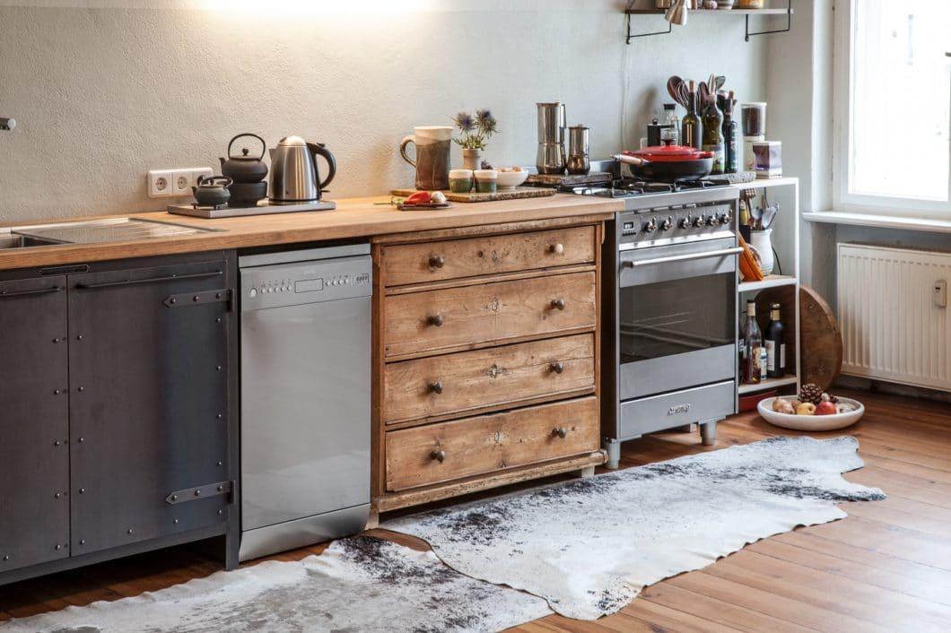 """Die Modularität der Möbel gibt dem einen Freiheit - und sagt dem anderen nicht zu. Das ist in Ordnung: Noodles Kitchen mögen polarisieren, geben den oft zitierten """"Industrial Style"""" aber so authentisch wieder wie kaum ein 2. Anbieter. (Foto: Noodles Corp.)"""
