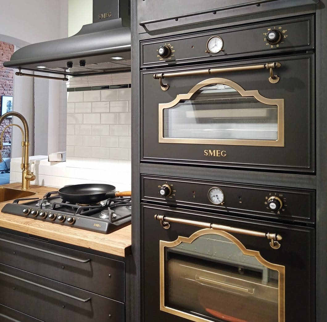 Die hochwertigen italienischen Einbaugeräte von SMEG passen mit ihrer charmanten Vintage-Aura perfekt zu den rustikalen Stahlmöbeln der Authentic Kitchen. (Foto: Noodles Corp.)