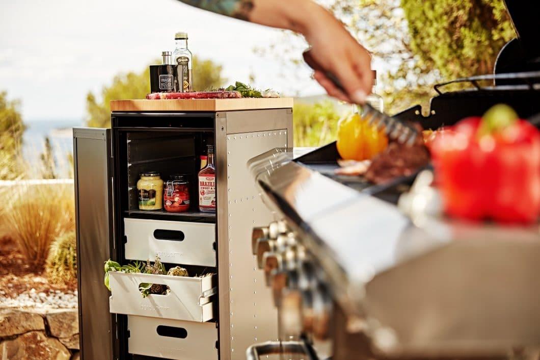 """Die umfunktionierten Getränketrolleys dienen der Aufbewahrung von Grillgut und kleineren Utensilien der """"Küche für draußen"""". Das Designstück ist nicht nur funktional, sondern auch ein Hingucker im Garten. (Foto: bordbar)"""