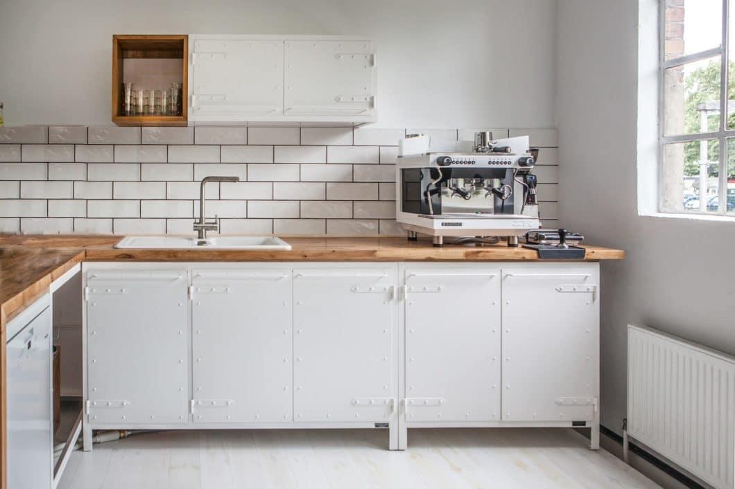 """Die modularen Stahlmöbel lassen sich nach Belieben zur """"Noodles Kitchen Furniture"""" zusammenstellen. Neben einem charakteristischen Schwarz sind sie auch in """"Pure White"""" oder einer beliebigen RAL-Farbe erhältlich. (Foto: Noodles Corp.)"""