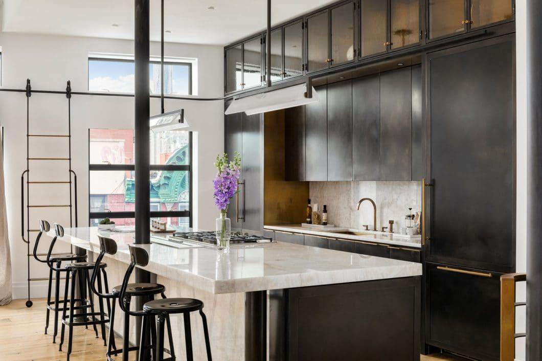 Goldene Töne im Küchenraum werden zunehmend gern eingesetzt - aber bitteschön reduziert: leicht abgegriffenes Messing kreiert eine unverwechselbare Aura, auch als goldene Armatur. (Foto: Amuneal)