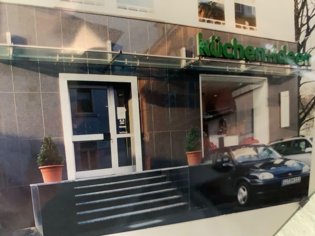 Rund 23 Jahre nach Firmengründung haben sich Logo und Auftreten des Küchenstudios verändert - der Ausstellungsort in Gießen jedoch bleibt der gleiche. Auch an den Autos erkennt man den Wandel der Zeit. (Foto: privat)