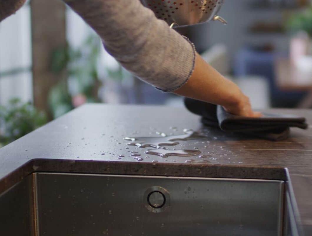 Herkömmliche Oberflächen wie Stein, Kunststoff und Kunststein werden bestenfalls nur mit warmem Wasser oder einem milden Handreiniger gepflegt. (Foto: Team 7)