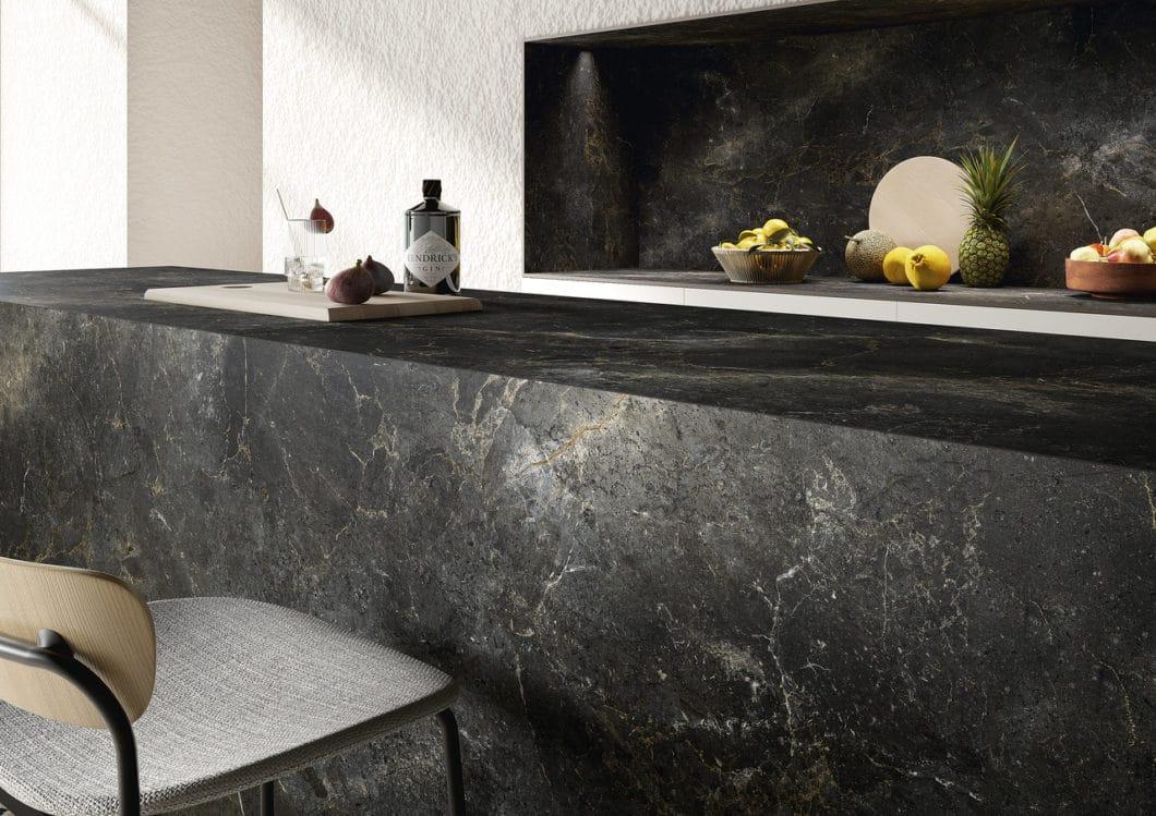 Die Keramikoberflächen von SapienStone bringen italienische Eleganz und Ästhetik mit der nüchternen Funktionalität einer technischen Innovation in moderne Küchen. (Foto: SapienStone)