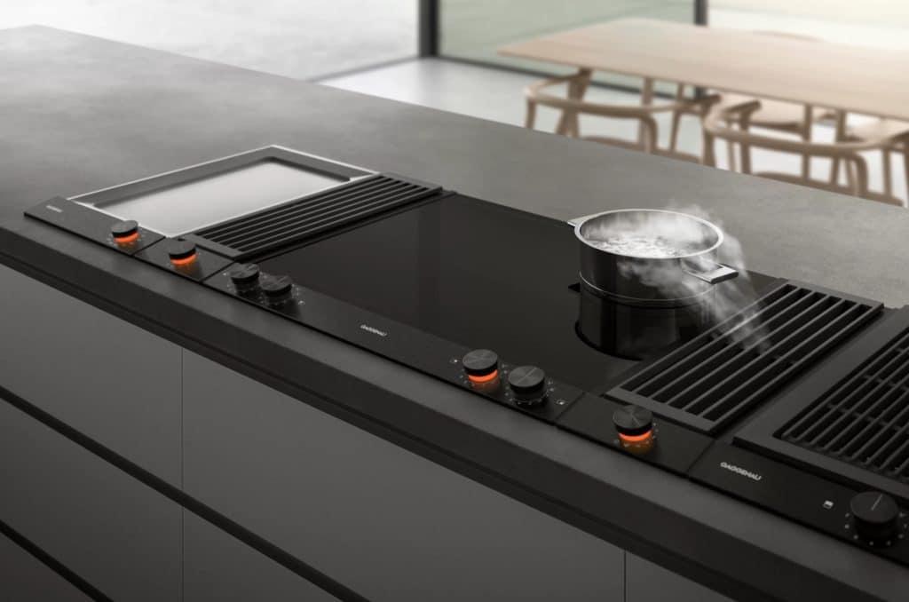 Deluxe-Variante: wenn das Kochfeld nicht nur mit einem Teppan Yaki, sondern auch mit einem Kochfeldabzug ausgestattet ist. (Foto: Gaggenau)