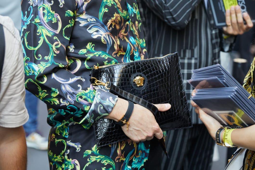 Der Jungle Print und das Symbol der Medusa sind sinnbildlich für den Look des Mailänder Luxuslabels Versace. (Foto: Adobe Stock / andersphoto)