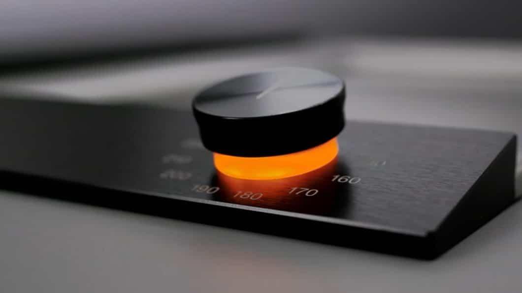 Ein in sinnliches Orange getauchtes Licht signalisiert am Bedienknebel, dass der Teppan Yaki von Gaggenau in Benutzung ist. (Foto: Gaggenau)