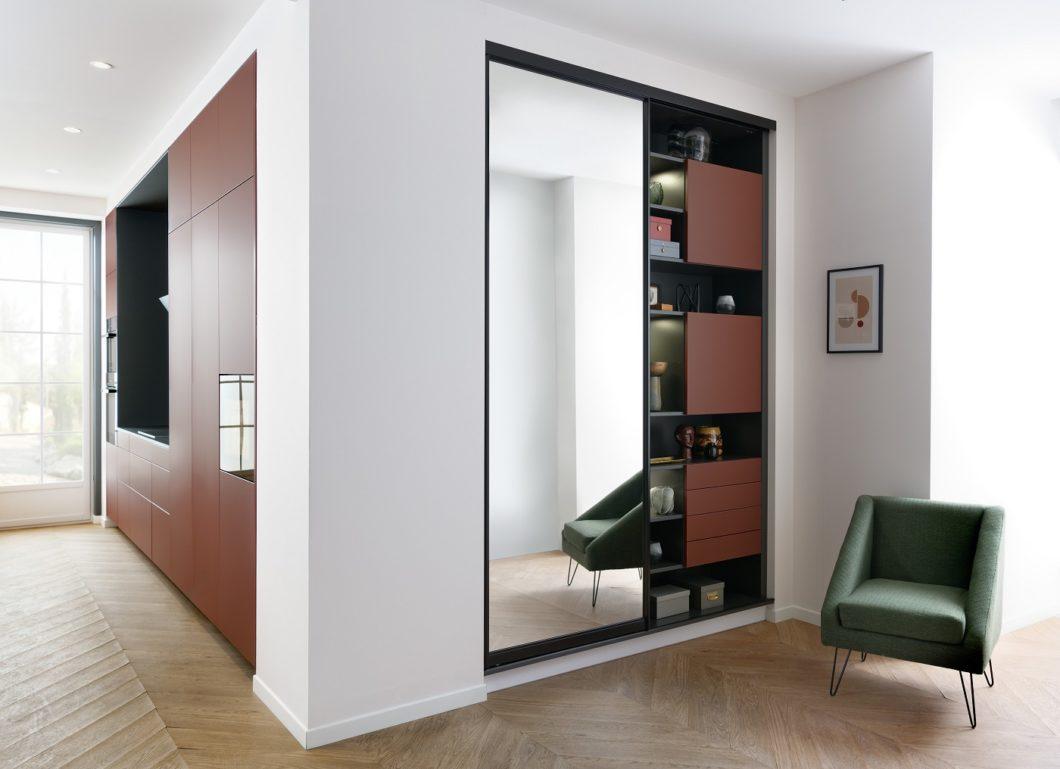 Flurgarderobe, Ankleide fürs Schlafzimmer, Bad- und Wohnmöbel: hier kann der Kunde alles aus einer Hand planen. (Foto: SCHMIDT Küchen)