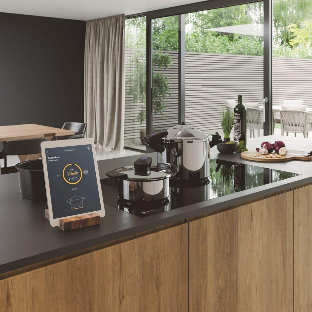 """Die Superfunktion """"GuidedCooking"""" kontrolliert die Temperatur von Topf und Dauer des Kochvorgangs. Das in Löhne vorgestellte Feature ist momentan aber noch der Schweiz vorbehalten. (Foto: V-ZUG)"""