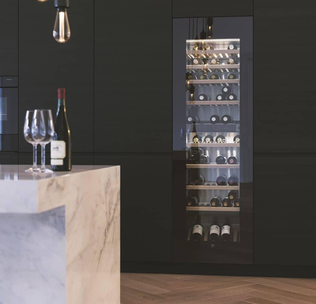 Der luxuriöse Weinklimaschrank WineCooler V6000 beeindruckt mit besonders ästhetischer Aufmachung und Platz für rund 83 Flaschen Wein. Die diffuse Beleuchtung trägt zum edlen Charakter im Küchenraum bei. (Foto: V-ZUG)