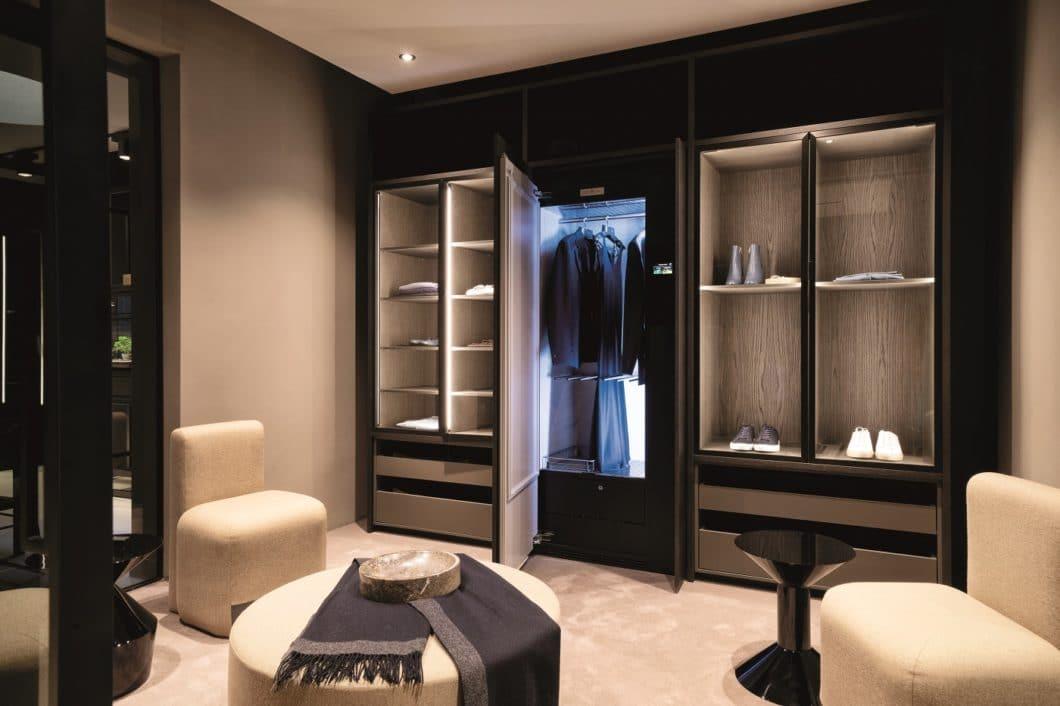 """Die typische """"Swissness"""" ist überall im Showroom des ZUGORAMAs anzutreffen: Luxus, Eleganz und hohe Qualität prägen auch die ebenfalls hier ausgestellten Schränke des """"Refresh Butlers"""", der Kleidungsstücke dezent auffrischt und von Gerüchen befreit. (Foto: V-ZUG)"""