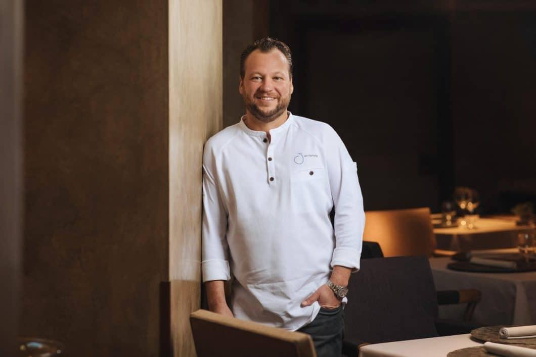 """Nach nur einem Jahr an der Spitze des Restaurants """"Atelier"""" holte Jan Hartwig für das bayerische Lokal die ersten 2 Michelin-Sterne. Seit 2017 hält er den 3. Stern. Mittlerweile ist er Markenbotschafter des Schweizer Premiumgeräteherstellers V-ZUG. (Foto: V-ZUG)"""