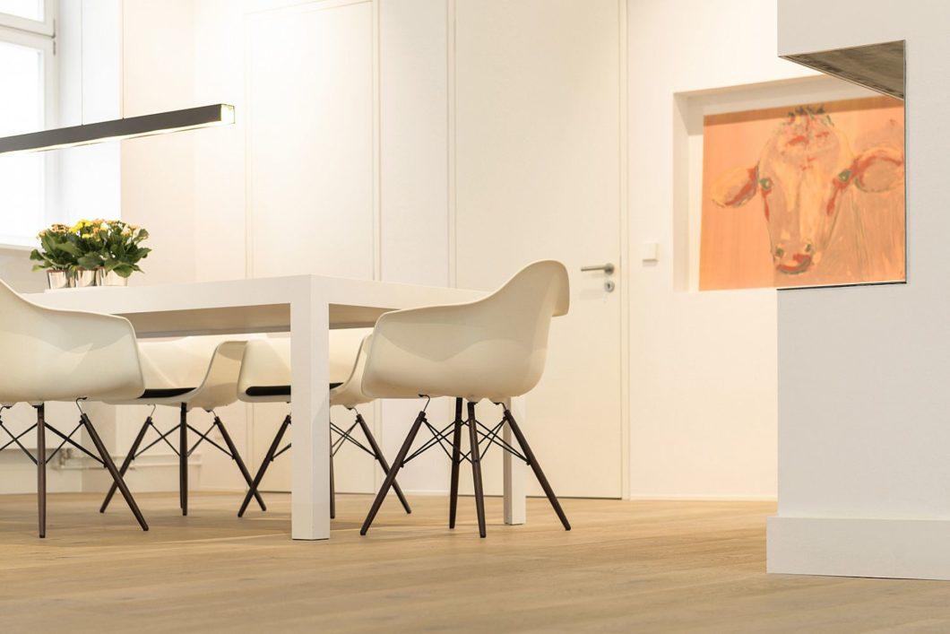 In einem guten Küchenstudio bekommen Sie eine ganzheitliche Raumplanung über die reinen Küchenmöbel hinaus - vom Lichtkonzept über die Möbel bis hin zu den Böden. (Foto: bulthaup im Preußenpark)