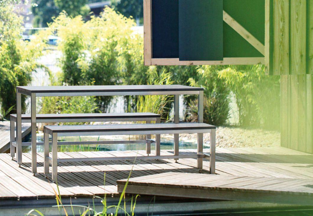 Aus einem Guss: Sitzbänke und Tische im Stil der Küchenmodule ergänzen das Angebot. (Foto: BURNOUT)