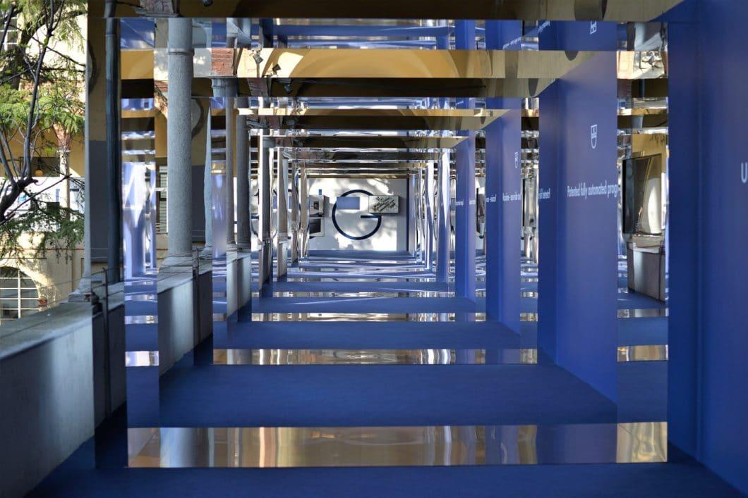 """Beeindruckendes Surrounding: für die letzte EuroCucina 2018 hatte sich V-ZUG ins """"Museo nazionale della scienza e della tecnologia"""" eingemietet - und präsentierte seine Historie in einem royalblau ausgelegten Säulengang. (Foto: Susanne Maerzke)"""