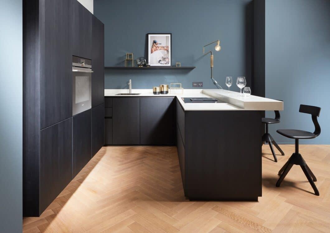 Der Designküchenhersteller setzt in kleinen Räumen auf ein einheitliches Farbkonzept. Deckenhohe Wandschränke mit schwebender Optik bieten maximalen Stauraum bei luftig-leichter Ausstrahlung. (Foto: next125)