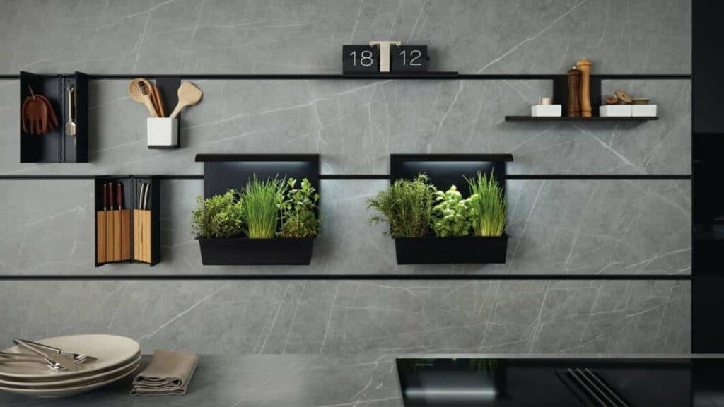 """Das intelligente Nischensystem """"next125 cube"""" weiß den Platz zwischen Ober- und Unterschränken geschickt auszunutzen. Ein Paneel mit feinen Edelstahlprofilen dient als Aufhängung für allerlei Küchenhelfer. (Foto: next125)"""