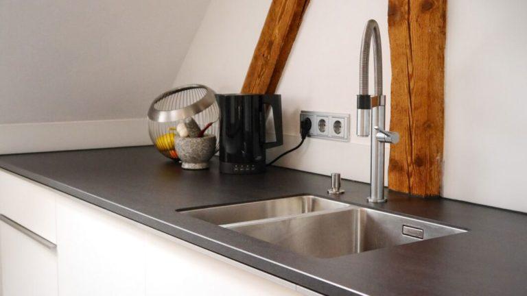 Raffinierte Einbauküche im Dachgeschoss