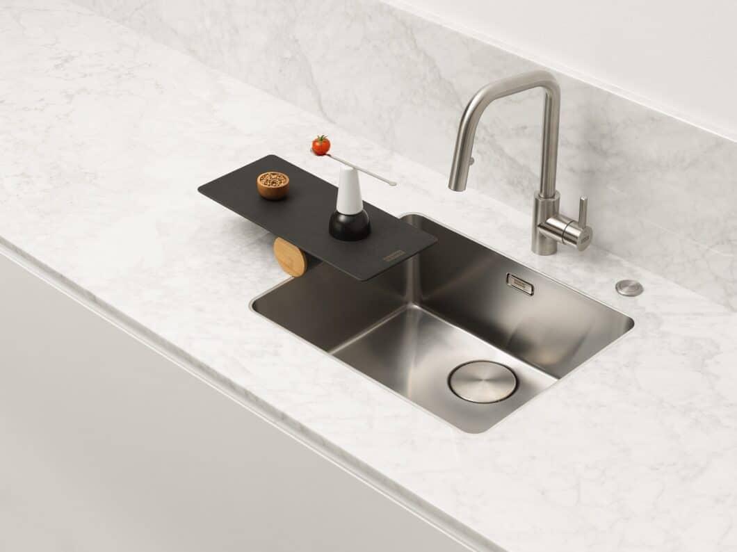 """Mit einem hauchdünnen 6 mm-Rand präsentiert Spülenhersteller Franke seine neuen """"Mythos""""-Spülbecken - ein faszinierend präzises Design. (Foto: Franke)"""