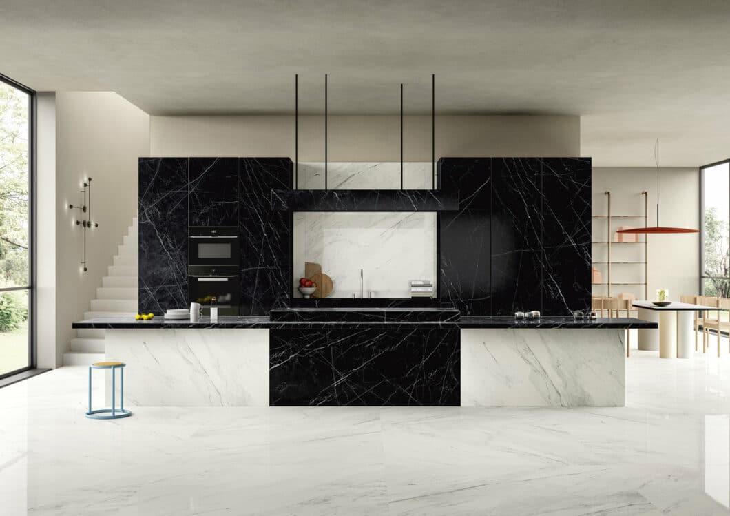 """Schon die Serie """"Dark Marquina"""" von SapienStone strahlte den effektvollen Glanz von Marmor aus. Allein: die Oberflächen sind aus Keramik. (Foto: SapienStone)"""