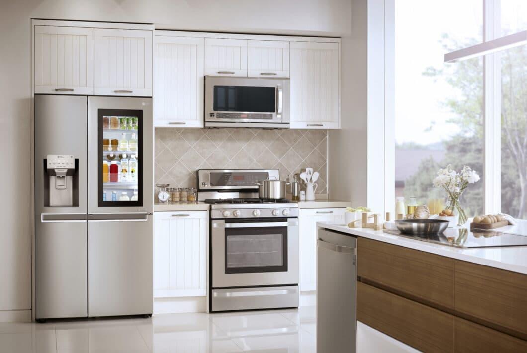 Der InstaView-Kühlschrank hat sich laut Unternehmensangaben bereits mehr als eine Million mal verkauft. Besonderheit ist die Klopf-Funktion, mit der der Blick auf den Kühlschrankinhalt freigegeben wird. (Foto: LG)