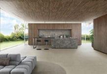 """Beeindruckend mächtig und doch in sich wohnlich: die Walnuss-Ausführung der neuen Echtholzfront """"Bossa"""" von LEICHT verleiht Räumen einen durchdachten Stil. (Foto: LEICHT)"""