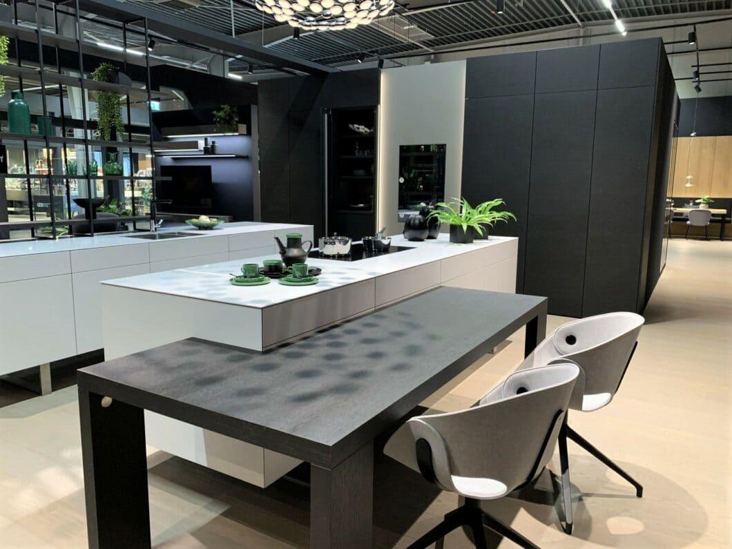 ... oder auf Kufen stehend förmlich abzuheben scheinen: Küchenhersteller tun alles dafür, damit die monolithischen Küchenblöcke komfortabel in den modernen Küchenraum eingepasst werden können. (Foto: Küchen&Design Magazin)