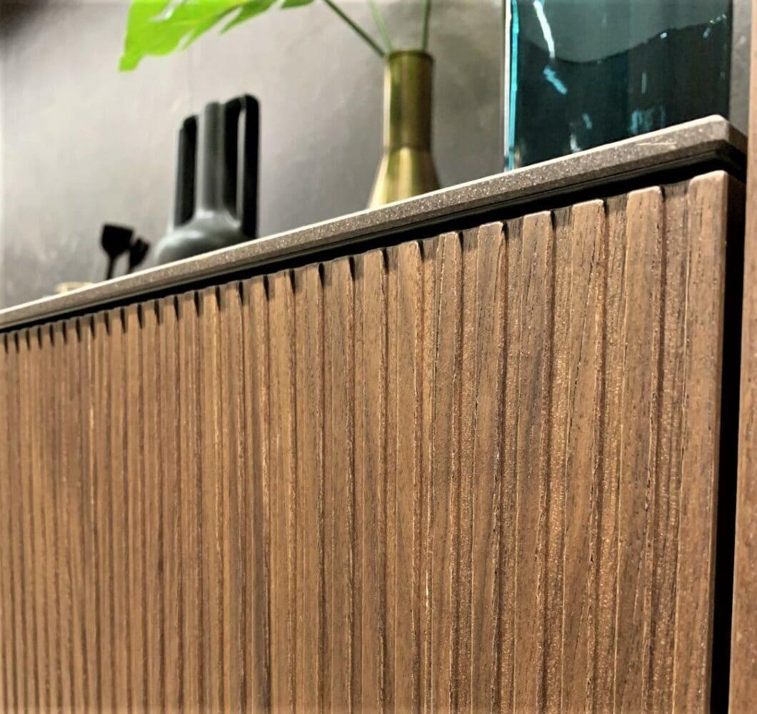 Die Ausführung Walnuss in vertikaler Stäbchenform bei LEICHT. (Foto: Küchen&Design Magazin)