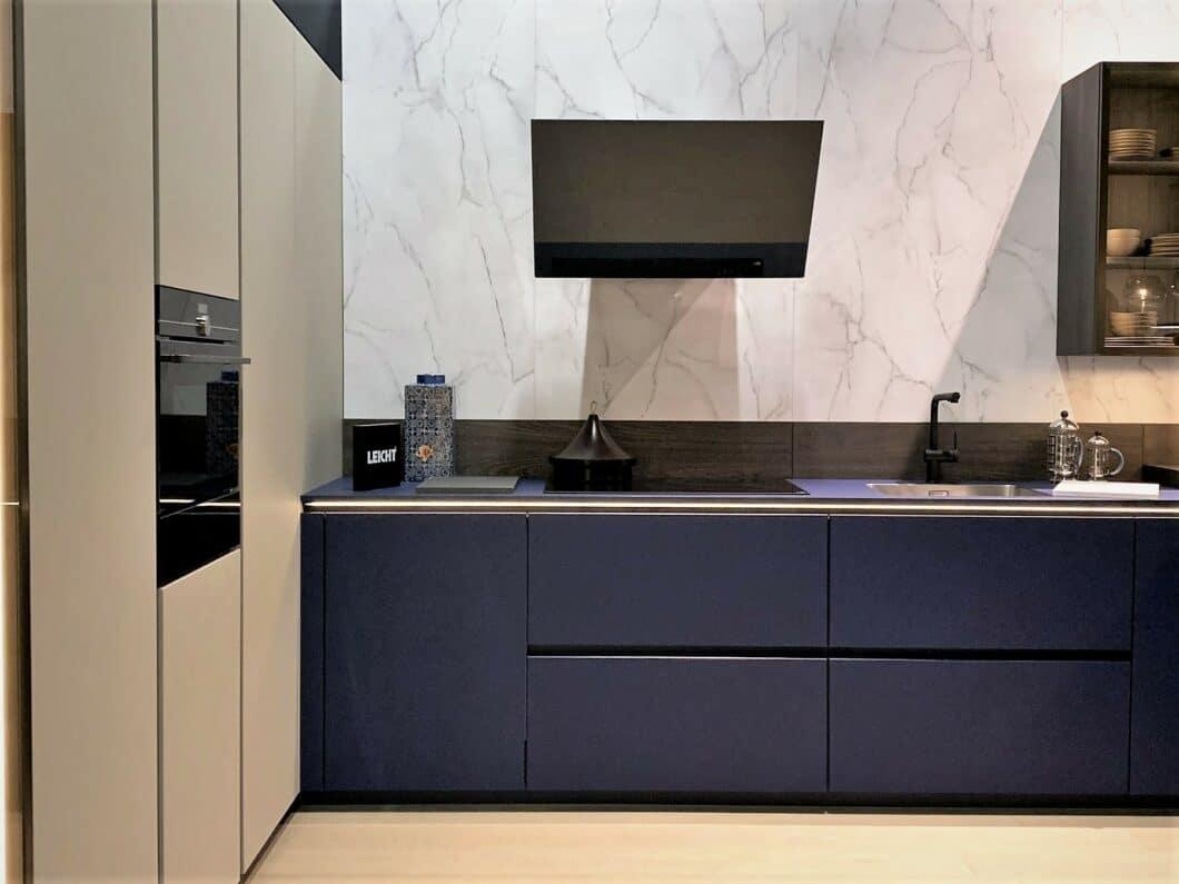 """Blau zeigte sich in erstaunlich vielen Ausstellungen auf der diesjährigen Küchenmeile A30 - wohl der """"Farbe des Jahres"""" geschuldet. LEICHT präsentiert das Material Fenix in """"Nachtblau"""". (Foto: Küchen&Design Magazin)"""