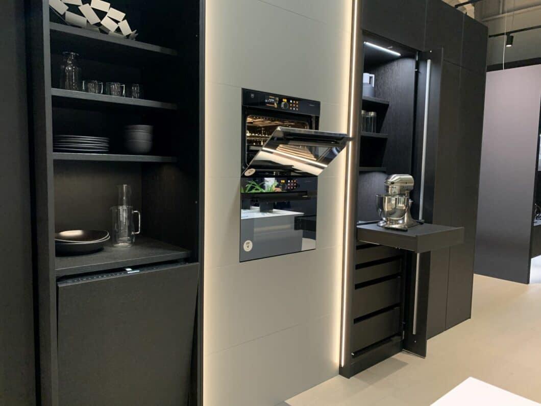 Funktionaler Nutzraum: Pocketschränke mit seitlich einklappbaren Türen und ausfahrbaren Tablaren erobern den Küchenraum und bieten Platz für Kleingeräte. (Foto: Küchen&Design Magazin)