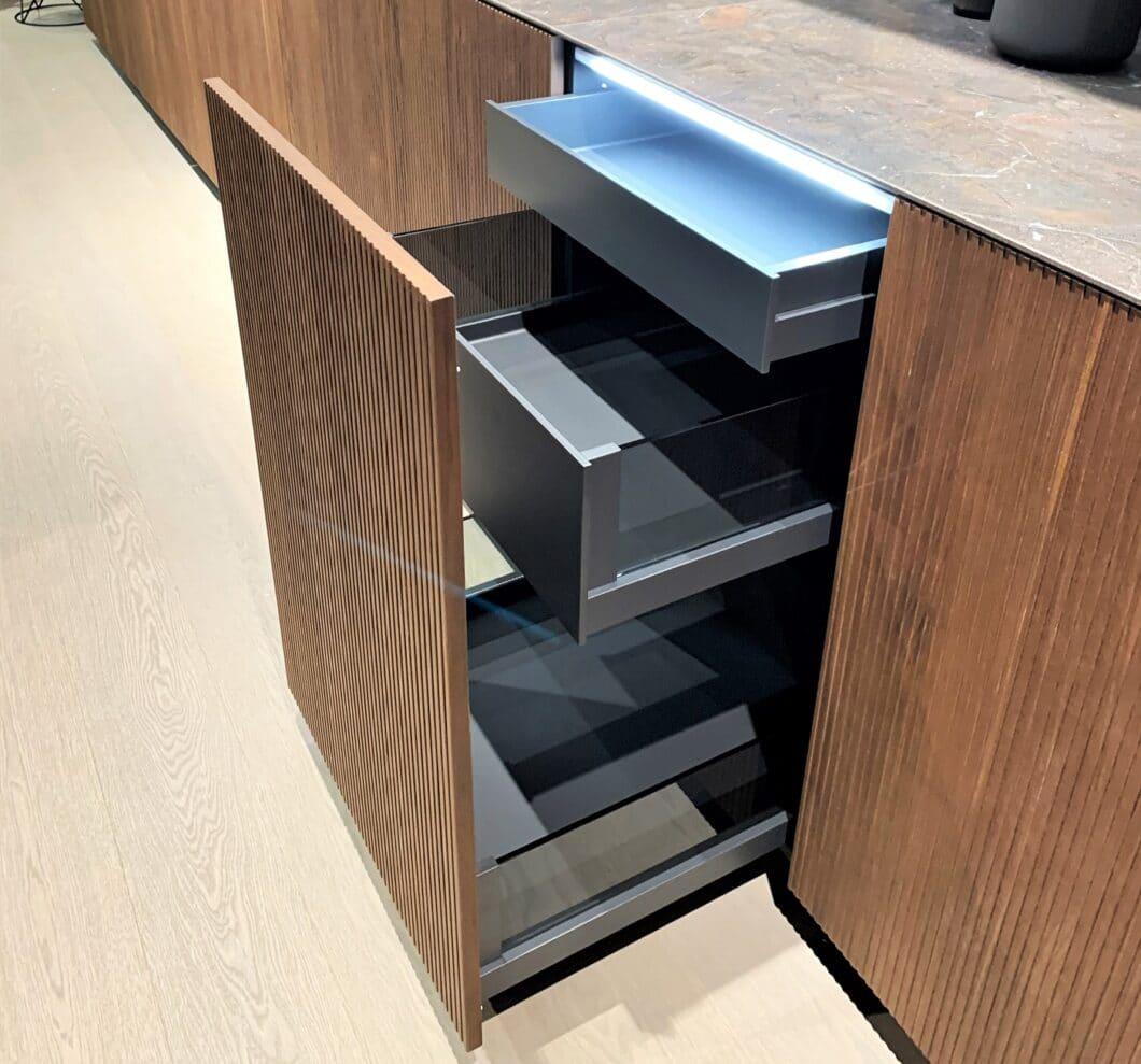 Carbongrau als neue Korpusfarbe bietet Hersteller LEICHT ab sofort an. (Foto: Küchen&Design Magazin)