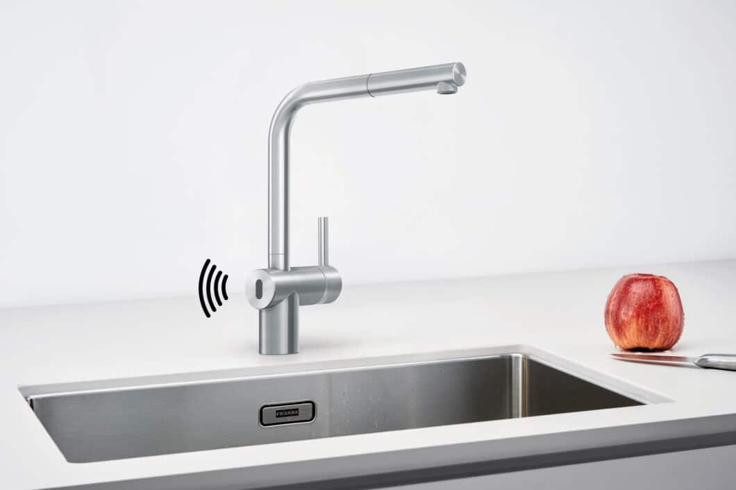 """Die geradlinig und zeitlos gestaltete """"Atlas Neo Sensor"""" mit hohem Auslauf gibt es in Edelstahl und Industrial Black. (Foto: Franke GmbH)"""