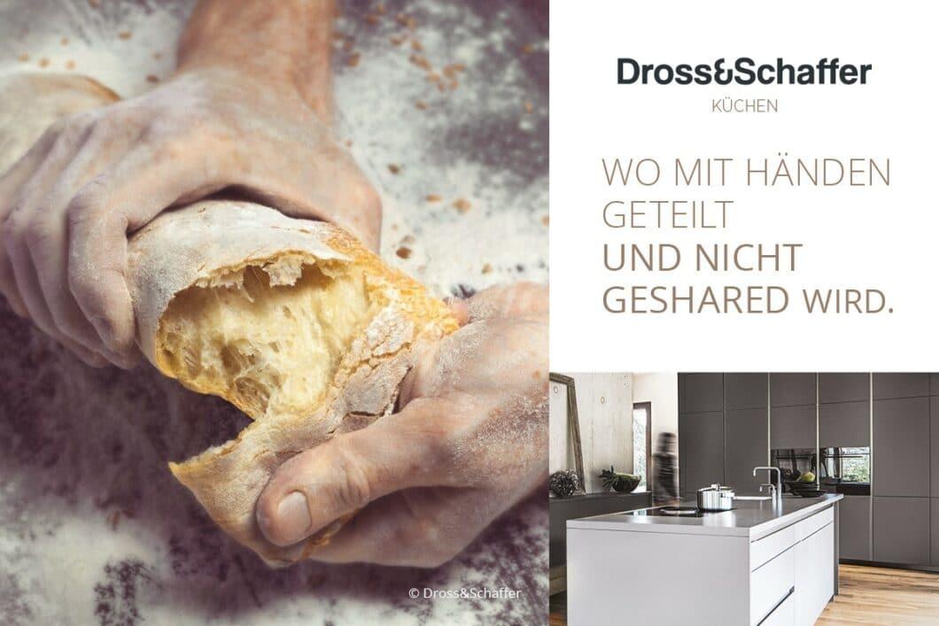 Gemeinsam das Brot brechen, anstatt achtlos Fotos von der gemeinsamen Mahlzeit zu teilen: das echte, genussvolle Leben spiegelt sich in den anspruchsvollen Küchenräumen der Dross&Schaffer Gruppe wieder. (Foto: Dross&Schaffer Küchen)