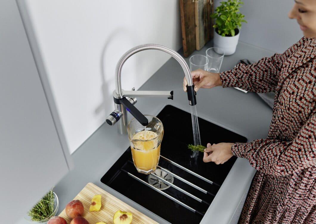 Die BLANCO EVOL-S Pro Soda & Filter ist eine komfortable Armatur für die moderne Küche mit 2 verschiedenen Ausläufen - sozusagen ein 5-in-1-Prinzip. (Foto: BLANCO)