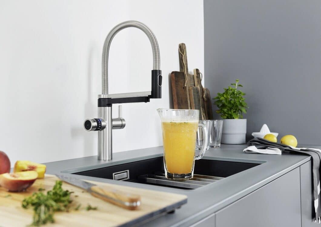 Die BLANCO EVOL-S Pro Soda & Filter-Armatur besitzt 2 Ausläufe, aus denen wahlweise normales warmes und kaltes Wasser kommt oder gefiltertes Wasser in still, medium oder sprudelig. (Foto: BLANCO)