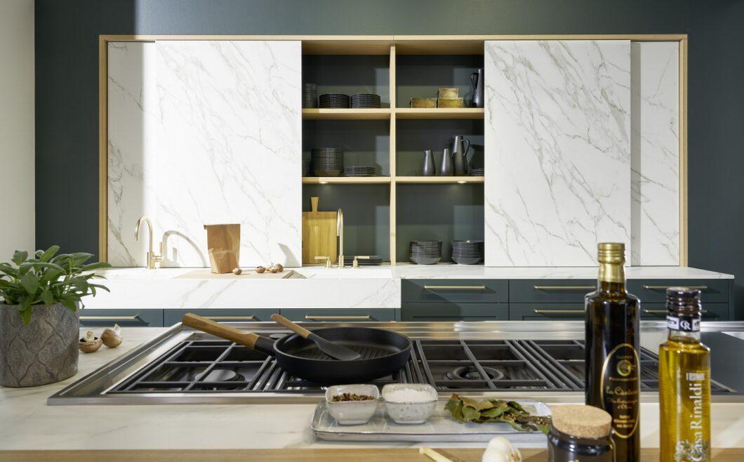 Dazu kombiniert der Küchenhersteller wunderbare Schiebetüren aus Keramik in Marmor-Optik, die der Küchenrückwand einen spielerischen Effekt verleihen. (Foto: rational)