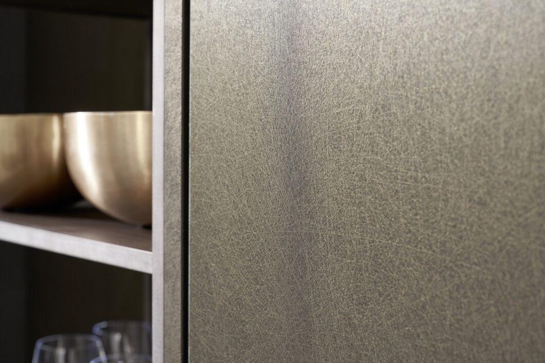 Die kunstvoll zerkratzte Oberfläche steht in charakteristischem Kontrast zum warmen Nussholz. (Foto: rational)
