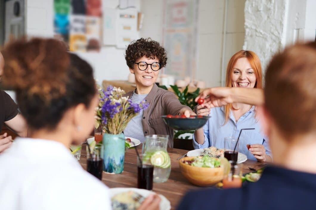 Die gemeinsame Zeit genießen und sich austauschen, ohne auf ein Display zu starren: die Küche ist der Ort, an dem man so sein kann, wie man ist. Umgeben von Freunden und Familie - und fernab von einer blinkenden, digitalen Welt. (Foto: stock/ Fauxels)