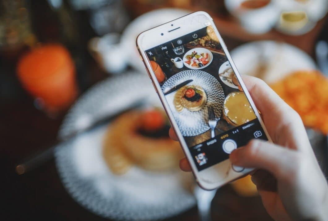 """Ständig """"on"""", also verfügbar sein, Inhalte teilen, bewerten, liken, hochladen. Das kann schön und anstrengend zugleich sein. In der Küche hat das Smartphone jedoch nichts verloren - hier ist Platz für echte Gefühle. (Foto: stock/ Roman Odintsov)"""