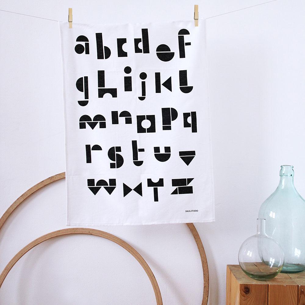 Die Grafik dieses Buchstaben-Geschirrhandtuchs ist inspiriert durch SNUG's bekanntes SNUG.ABC Poster. (Foto:  SNUG)