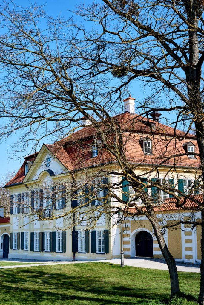 """Entlang des nördlichen und südlichen Rondells von Schloss Nymphenburg erstrecken sich jeweils fünf gut erhaltene """"Kavaliershäuschen"""". (Foto: Andreas Achmann)"""