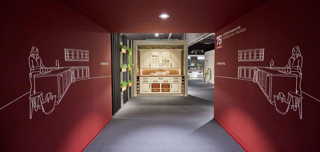 Hier entlang: in seiner Hausmesse führt Europas größter Küchenhersteller nobilia durch seine stolze 75-jährige Geschichte - und präsentiert auch ältere Modelle als Wegweiser. (Foto: nobilia)