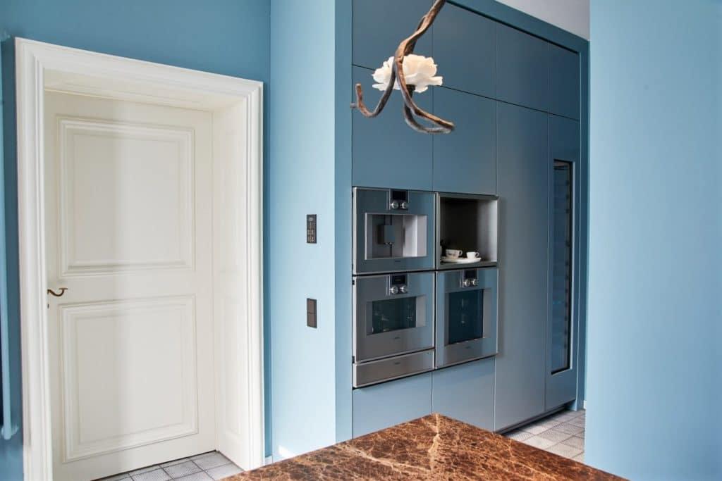 Eine Gerätewand aus exklusiven Gaggenau-Einbaugeräten hebt den stilvollen Küchenraum auch technisch auf das höchste Niveau. (Foto: Andreas Achmann)