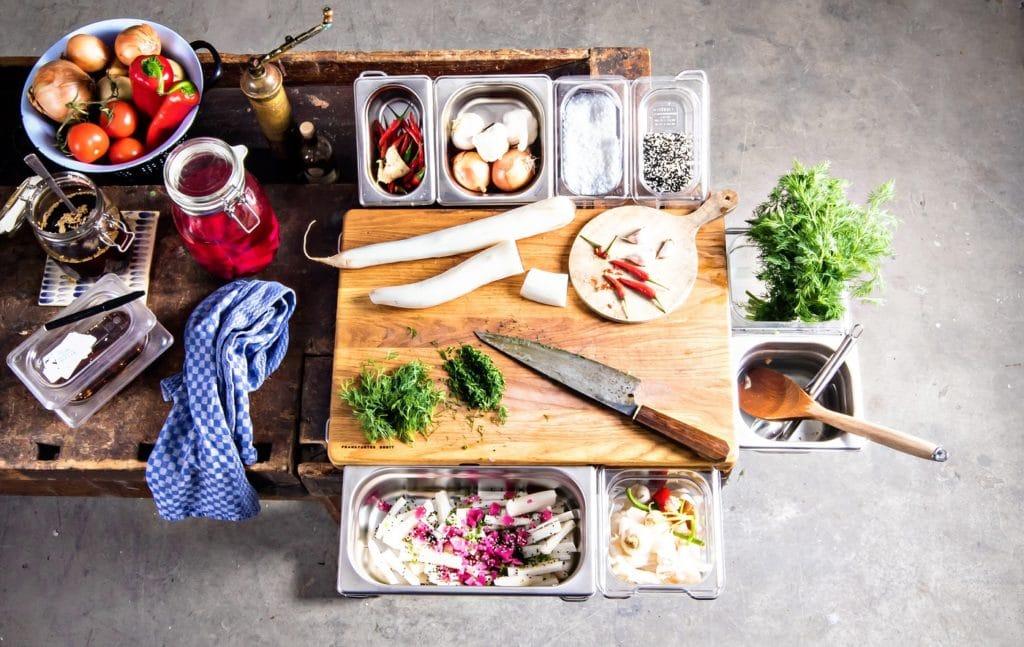 Kluge Idee: das Frankfurter Brett, das aus Holz (wahlweise verstärkt mit Polyurethan), abnehmbaren Bügeln und Gastrobehältern zum Arbeiten besteht. (Foto: Frankfurter Brett)