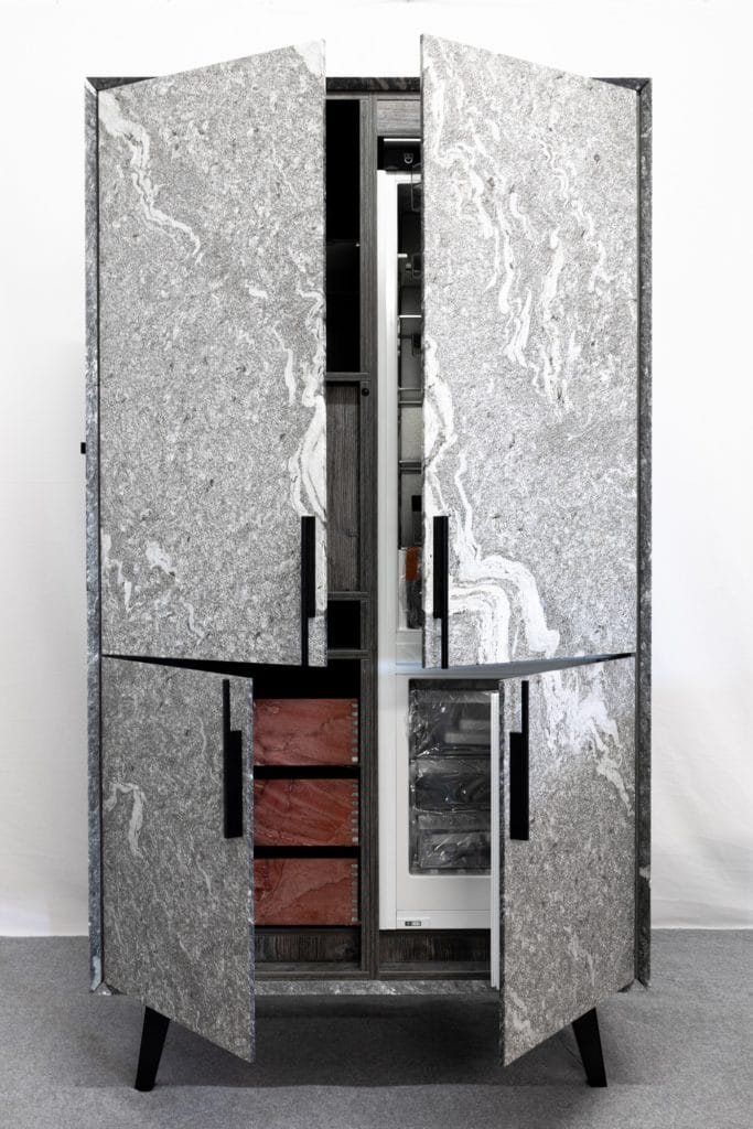 Das Konzept n'Stee Granat hüllt selbst das Hochschrank-Modul in der Küche in Stein - und bietet hochwertigen Einbaugeräten von V-ZUG Platz. (Foto: MCR)